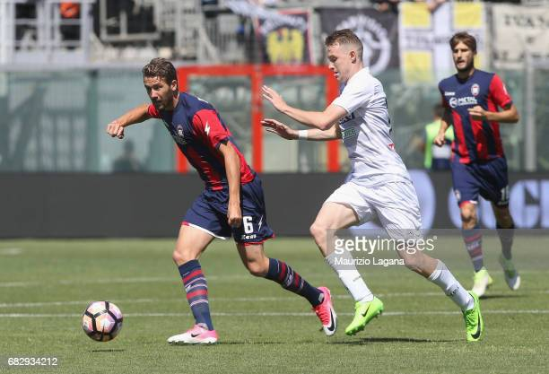 Marcus Rohden of Crotone competes for the ball with Jakub Jankto of Udinese during the Serie A match between FC Crotone and Udinese Calcio at Stadio...