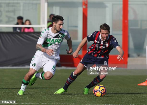 Marcus Rohden of Crotone competes for the ball with Matteo Politano of Sassuolo during the Serie A match between FC Crotone and US Sassuolo at Stadio...