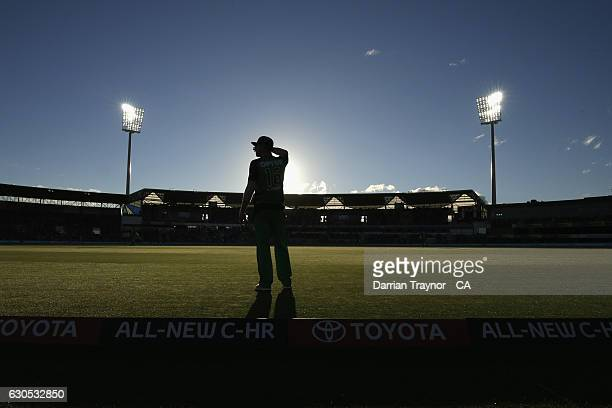 Marcus Stoinis of the Melbourne Stars fields on the boundary looking straight into the afternoon sun during the Big Bash League match between the...
