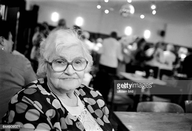 Margarete tanzt nie sitzt aber jeden Sonnabend Nachmittag an ihrem Stammtisch Tanztee Tanzveranstaltung jeden Sonnabend Nachmittag für aeltere...