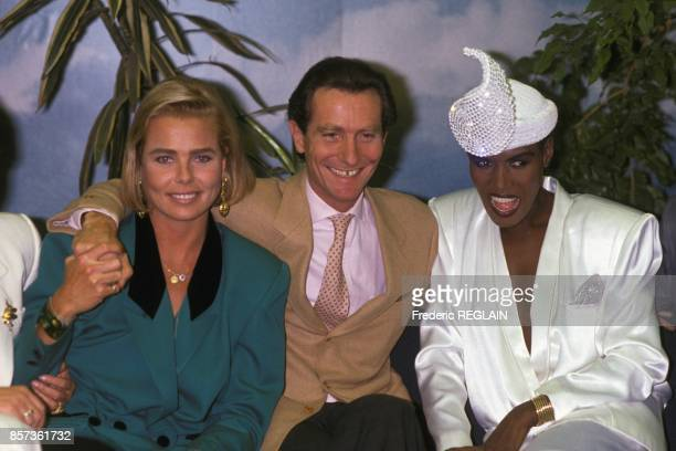 Margaux Hemingway and Grace Jones with journalist William Leymergie on October 21 1988 in Paris France