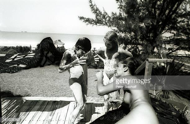 Margie Jürgens deren Tochter Miriam Schmitz ihr Spielkamerad Junge Bahamas/Karibik 1541977 Urlaub Tochter Familie mit Lehm/Sand beschmiert Meer...