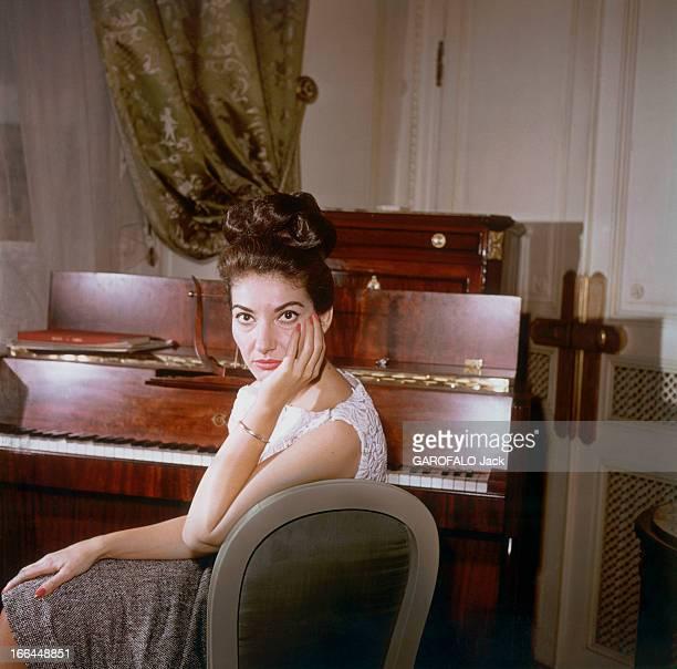Maria Callas In Paris For A Unique Concert Maria CALLAS dans sa chambre de l'hôtel Ritz à PARIS se préparant pour son récital au théâtre des...