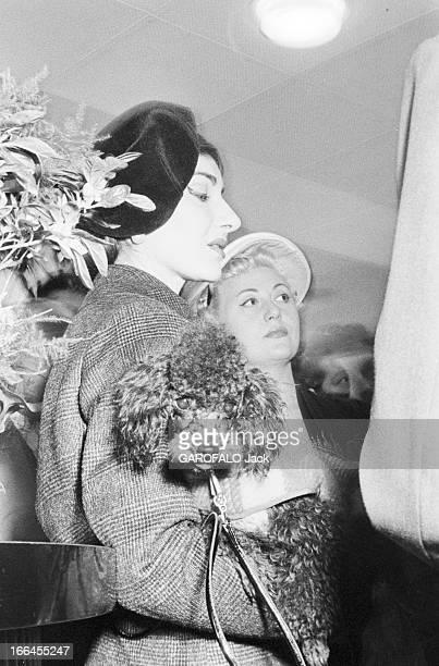 Maria Callas In Paris France Paris 16 janvier 1958 la cantatrice Maria CALLAS de passage dans la capitale voyageant de Rome à Chicago Ici debout de...