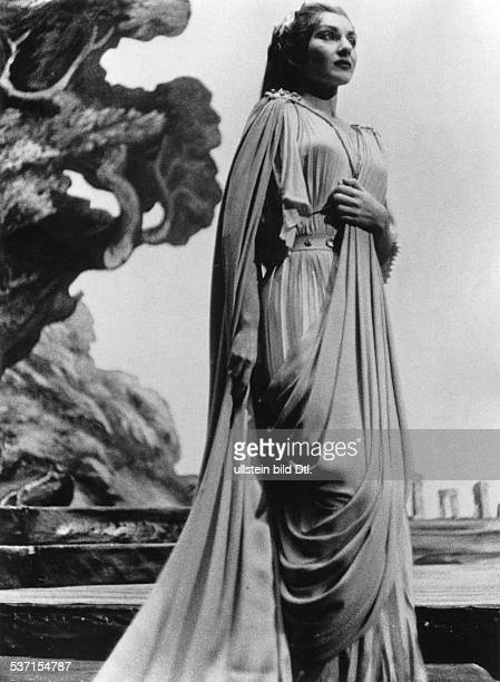 Maria Callas Sängerin Sopran USA / Griechenland als keusche Göttin 'Norma' in Bellinis gleichnamiger Oper im Royal Opera House Covent Garden London...