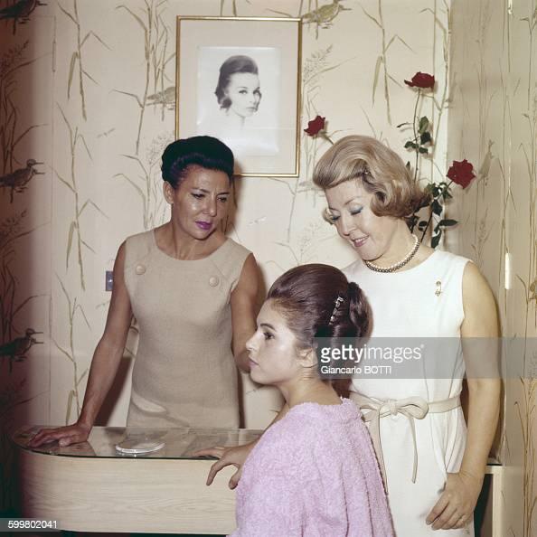 Les soeurs carita dans leur salon de coiffure pictures - Le salon de coiffure ...