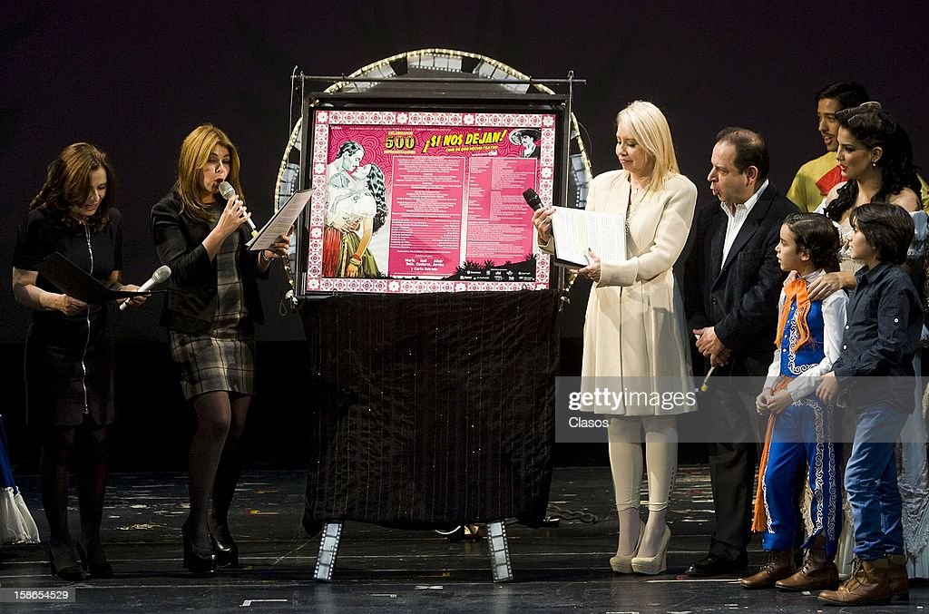 Maria Rojo, Carla Estrada and Itati Cantoral unveil the plaque for the 500 performances of the play Si Nos Dejan on December 20, 2012 in Mexico City, Mexico.