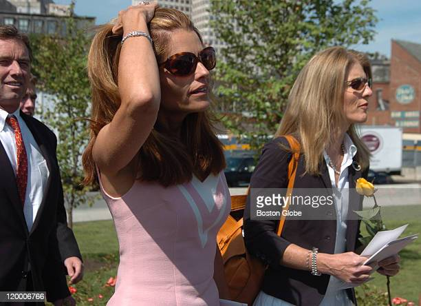 Maria Shriver and cousin Caroline Kennedy Schlossberg arrive at the dedication ceremony