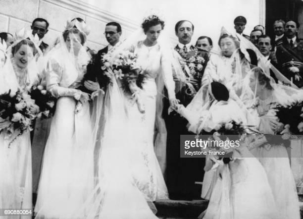 Mariage de Zog Ier d'Albanie et de Géraldine Apponyi entourés par les soeurs de Zog Ier à Tirana Albanie le 27 avril 1938