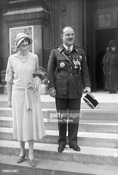 Mariage du Prince Murat et de Margaret Rutherford la niece du millionnaire americain William K Vanderbilt sur le parvis de l'eglise Saint Francois...