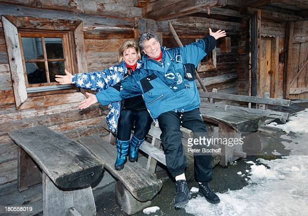 Marianne Hartl Ehemann Michael Hartl ZDFApres Ski ShowSalzburger Land sterreich Tisch HolzBank