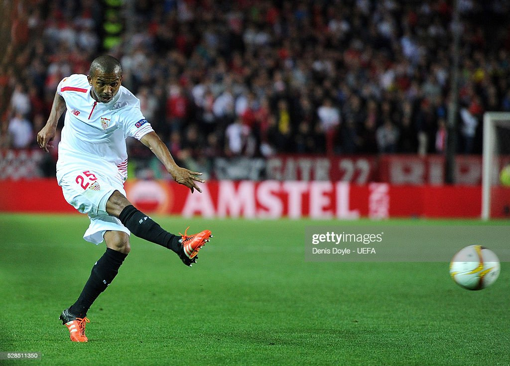 Mariano Ferreira of Sevilla FC scores his team's 3rd goal during the UEFA Europa League Semi Final second leg match between Sevilla and Shakhtar Donetsk at the Sanchez Pizjuan stadium on May 5, 2016 in Seville, Spain.