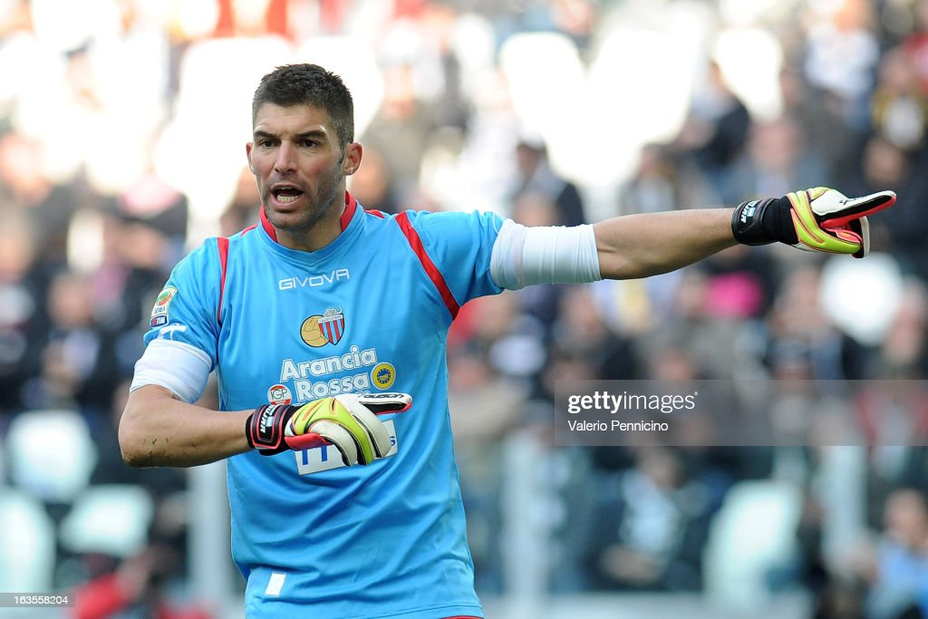 Mariano Gonzalo Andujar of Calcio Catania issues instructions during the Serie A match between FC Juventus and Calcio Catania at Juventus Arena on March 10, 2013 in Turin, Italy.