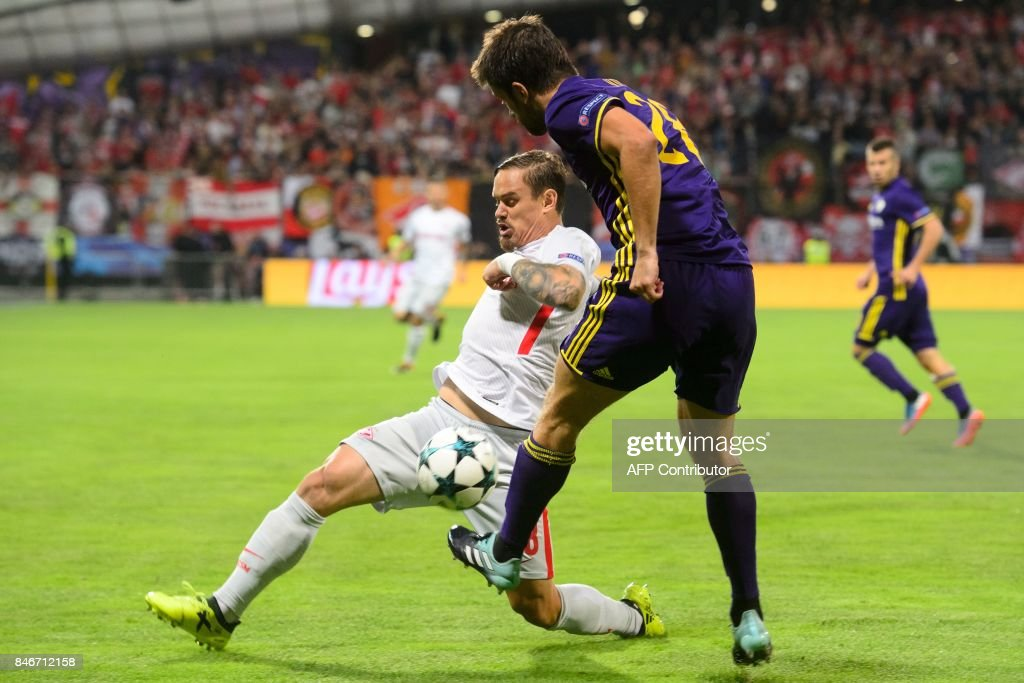 NK Maribor's defender Mitja Viler (R) vies with Spartak Moscow's defender Andrei Eschenko during the UEFA Champions League Group E match between NK Maribor and FC Spartak Moscow at the Stadium Ljudski vrt in Maribor, Slovenia on September 13, 2017. / AFP PHOTO / Jure Makovec