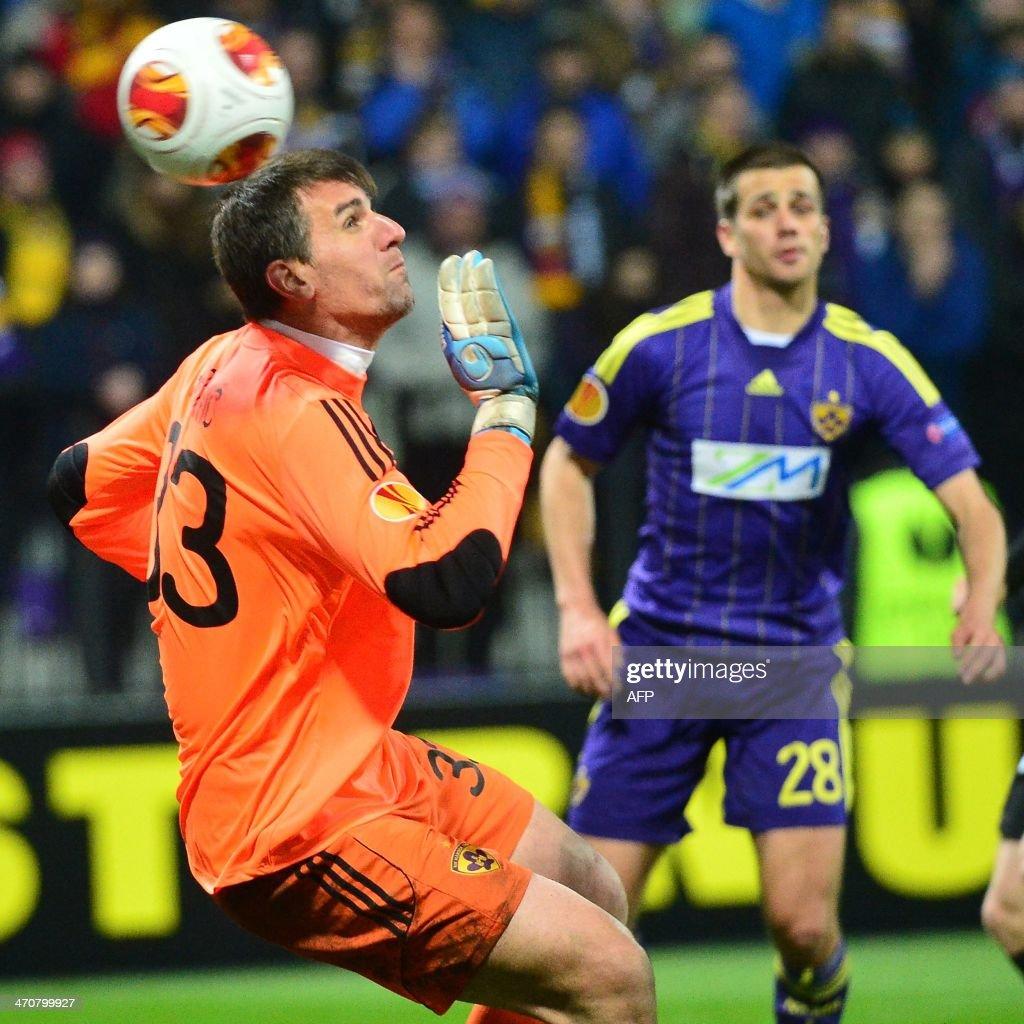 NK Maribor's Slovenian goalkeeper Jasmin Handanovic (L) fails to catch the ball during the UEFA Europa League round of 32 football match NK Maribor vs Sevilla FC in Maribor, Slovenia on February 20, 2014