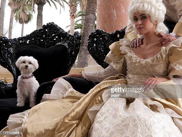 Marie Antoinette assis à l'extérieur avec son animal de compagnie