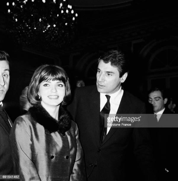 MarieFrance Pisier et le réalisateur Robert Hossein à la première du film 'La mort d'un tueur' à Paris France le 1er avril 1964