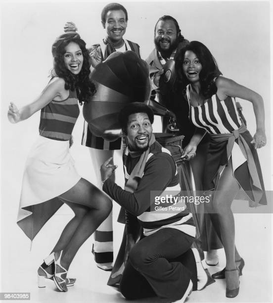 Marilyn McCoo Lamont McLemore Billy Davis Jr Ron Townson and Florence LaRue of The Fifth Dimension pose for a studio group portrait in 1970 in the...