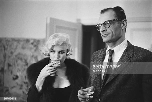 Marilyn Monroe Receives The Crystal Star Marilyn MONROE reçoit l''Etoile de cristal l''Oscar français pour son rôle dans le film 'Le prince et la...
