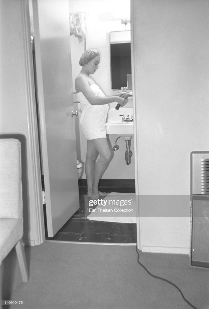 <a gi-track='captionPersonalityLinkClicked' href=/galleries/search?phrase=Marilyn+Monroe&family=editorial&specificpeople=70021 ng-click='$event.stopPropagation()'>Marilyn Monroe</a> takes a shower in her 20th Century-Fox dressing room on November 8, 1952 in Los Angeles, California.