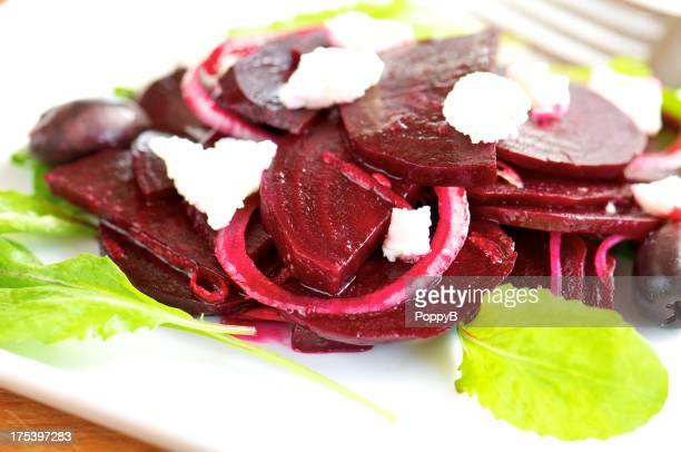Marinierte Rote-Beete-Salat mit Zwiebeln und Ziegenkäse
