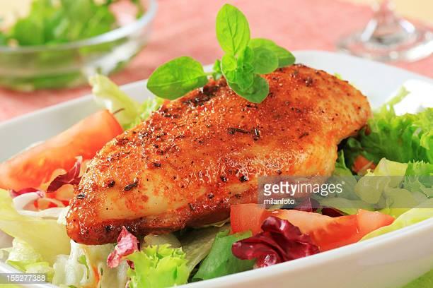 Mariniertes Hühnchen-Filet mit frischem Salat