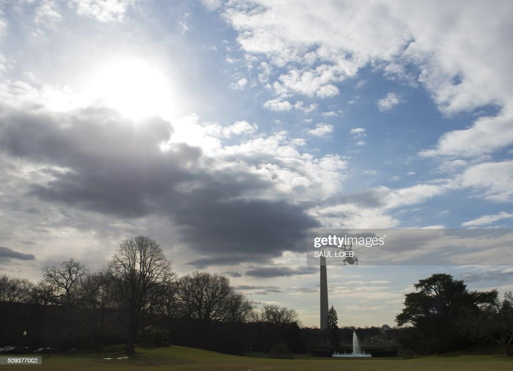 Marine One with US President Barack Obama aboard departs from the South Lawn of the White House in Washington, DC, February 10, 2016. President Obama is travelling to Sringfield, Illinois, where he will address the Illinois General Assembly. / AFP / SAUL LOEB