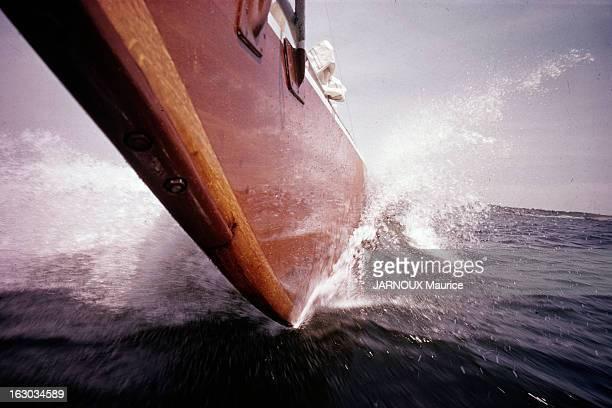 Marine Sailboat En France en juillet 1963 reportage sur la voile le nouveau sport des français En pleine mer vue de la coque avant d'un voilier...