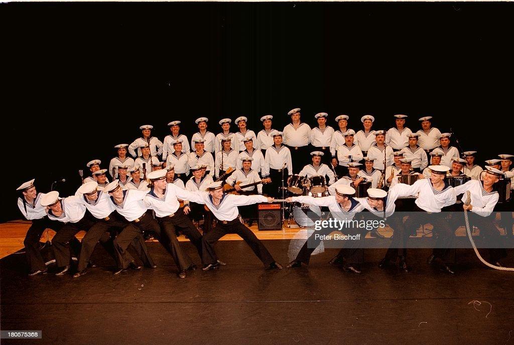 Marinechor der Schwarzmeerflotte, aus der;Ukraine, Tau ziehen, Deutschlandtournee,;Bremen 'Stadthalle', Bühne, Auftritt,