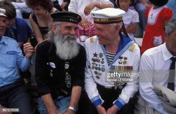 Marins assistant a la ceremonie de changement du drapeau de la Marine russe apres l'abandon du drapeau sovietique le 26 juillet 1992 a Vladivostok...