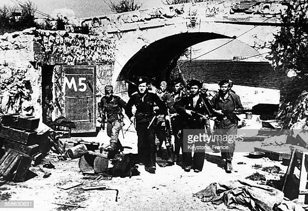 Marins entrant dans la ville libérée de Sébastopol Ukraine en 1944