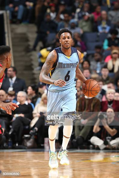 Mario Chalmers of the Memphis Grizzlies handles the ball against the New Orleans Pelicans on January 18 2016 in Memphis Tennessee NOTE TO USER User...