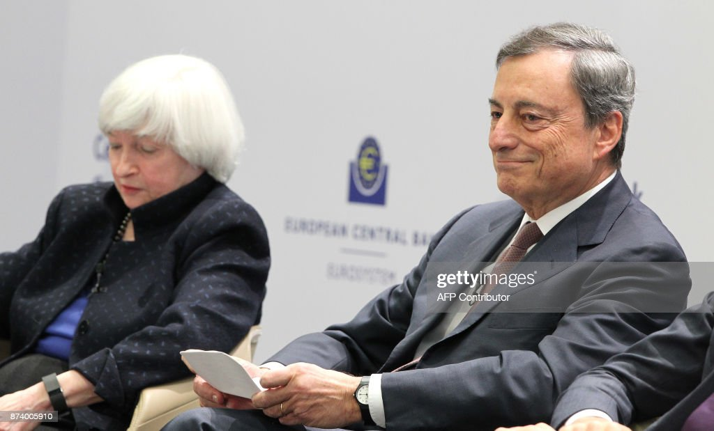 Mario Draghi (R), President of the European Central Bank (ECB), and US Federal Reserve chief Janet Yellen attend an ECB conference titled 'Communications Challenges for Policy Effectiveness' at the ECB headquarters in Frankfurt am Main, western Germany, on November 14, 2017. / AFP PHOTO / Daniel ROLAND