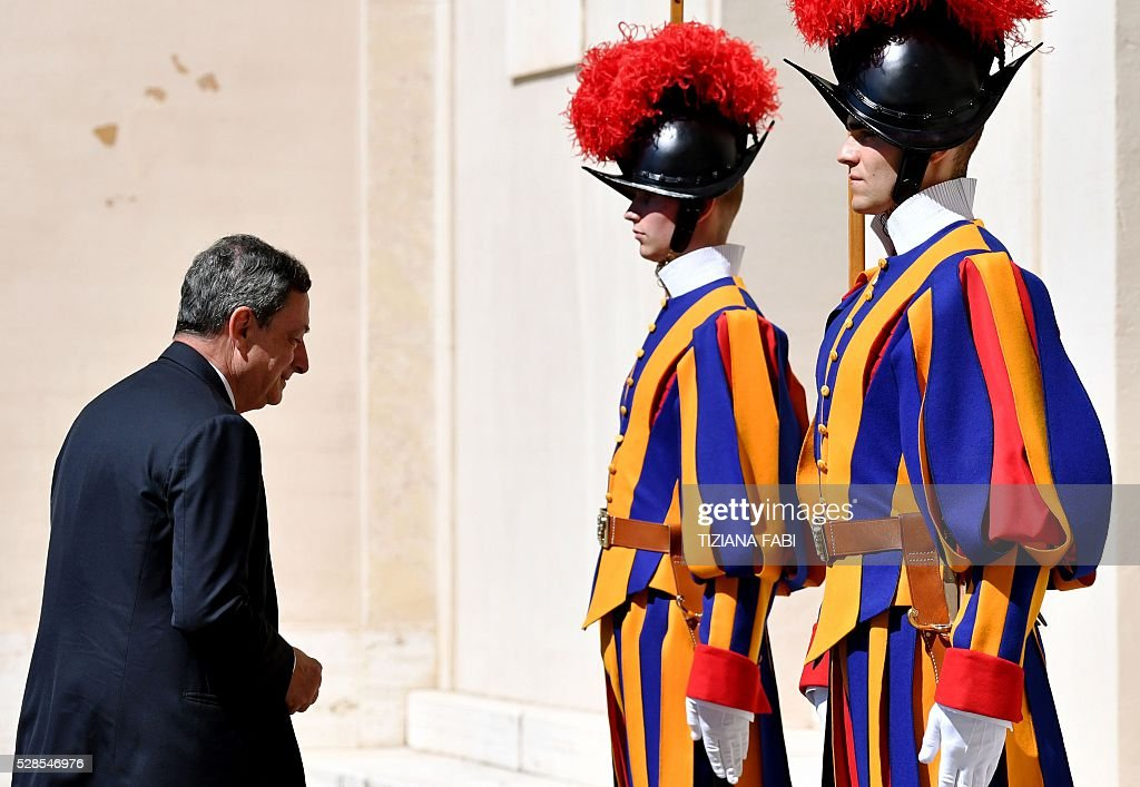 Mario Draghi, President of the European Central Bank (ECB), walks past Swiss guards as he arrives at the Vatican on May 6, 2016 for an audience with Pope Francis. Draghi is in Rome to take part in a ceremony for the awarding of Germany's famed Charlemagne Prize to Pope Francis, given to public figures in recognition of contribution to European unity. / AFP / TIZIANA