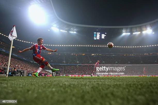 Mario Goetze of Muenchen kicks a corner during the Bundesliga match between FC Bayern Muenchen and Borussia Moenchengladbach at Allianz Arena on...