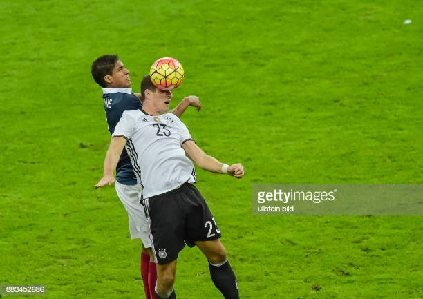 Mario Gomez im Zweikampf mit Raphael Varane waehrend dem Fussball Laenderspiel Frankreich gegen Deutschland am 13November 2015 im Stade de France...
