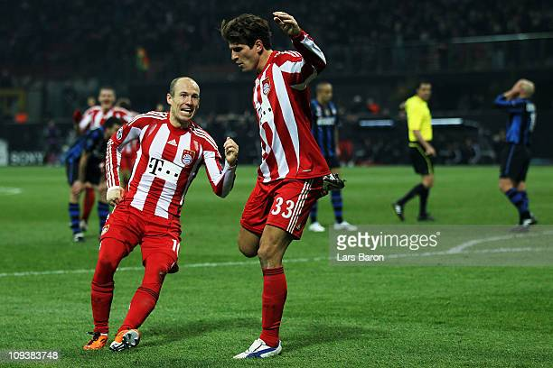 Mario Gomez of Muenchen celebrates with Arjen Robben after scoring his teams winning goal during the UEFA Champions League round of 16 first leg...
