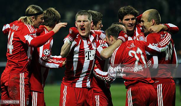 Mario Gomez of Muenchen celebrates with Bastian Schweinsteiger and other team mates after scoring his teams winning goal during the UEFA Champions...