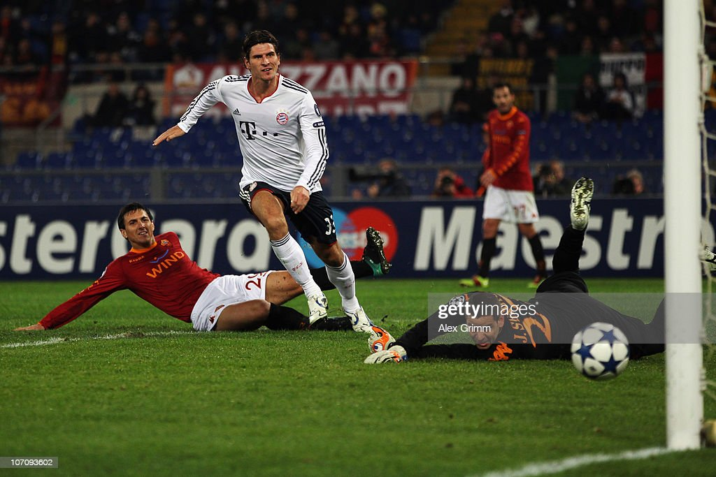 <a gi-track='captionPersonalityLinkClicked' href=/galleries/search?phrase=Mario+Gomez+-+Soccer+Player&family=editorial&specificpeople=635161 ng-click='$event.stopPropagation()'>Mario Gomez</a> (C) of Muenchen scores his team's second goal against <a gi-track='captionPersonalityLinkClicked' href=/galleries/search?phrase=Nicolas+Burdisso&family=editorial&specificpeople=490963 ng-click='$event.stopPropagation()'>Nicolas Burdisso</a> (L) and goalkeeper Julio Sergio of Roma during the UEFA Champions League group E match between AS Roma and FC Bayern Muenchen at Stadio Olimpico on November 23, 2010 in Rome, Italy.