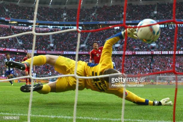 Mario Gomez of Muenchen scores the 4rd goal with a penalty kick against Thomas Kraft keeper of Berlin during the Bundesliga match between FC Bayern...