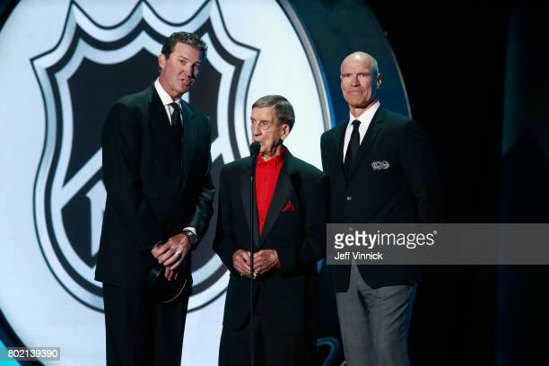 Mario Lemieux Ted Lindsay and Mark Messier speak onstage to announce the recipient of the Ted Lindsay Award during the 2017 NHL Awards Expansion...