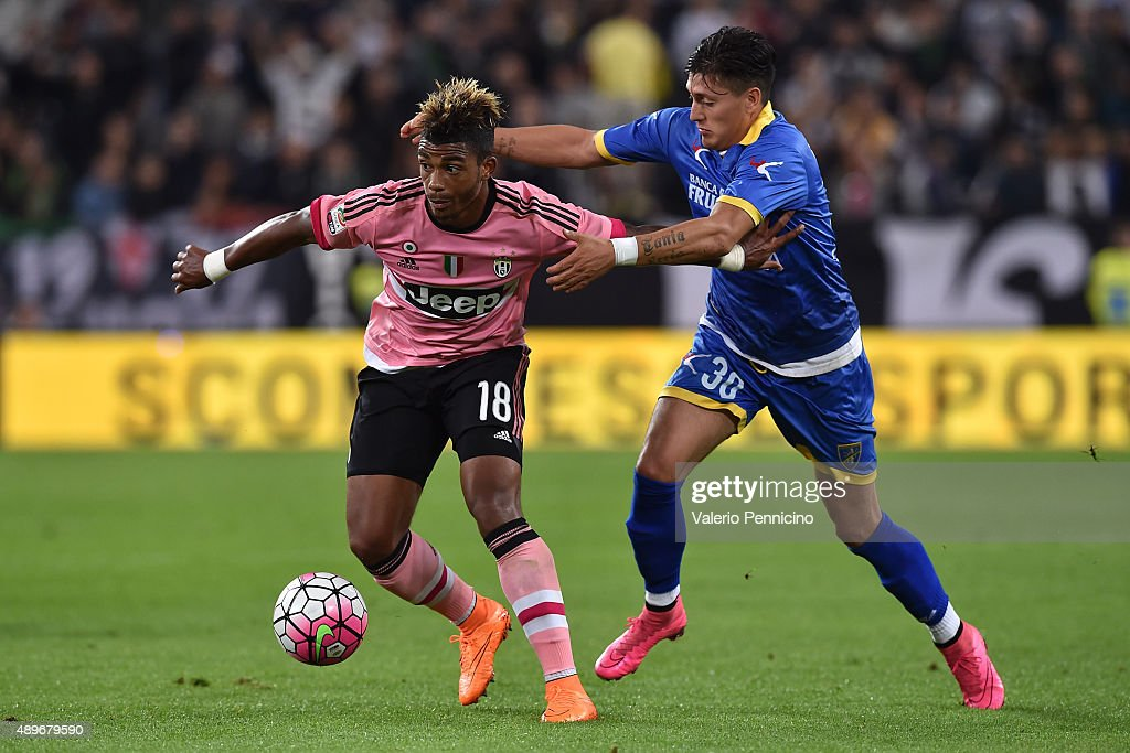 Mario Lemina (L) of Juventus FC is challenged by Nicolas Castillo of Frosinone Calcio during the Serie A match between Juventus FC and Frosinone Calcio at Juventus Arena on September 23, 2015 in Turin, Italy.