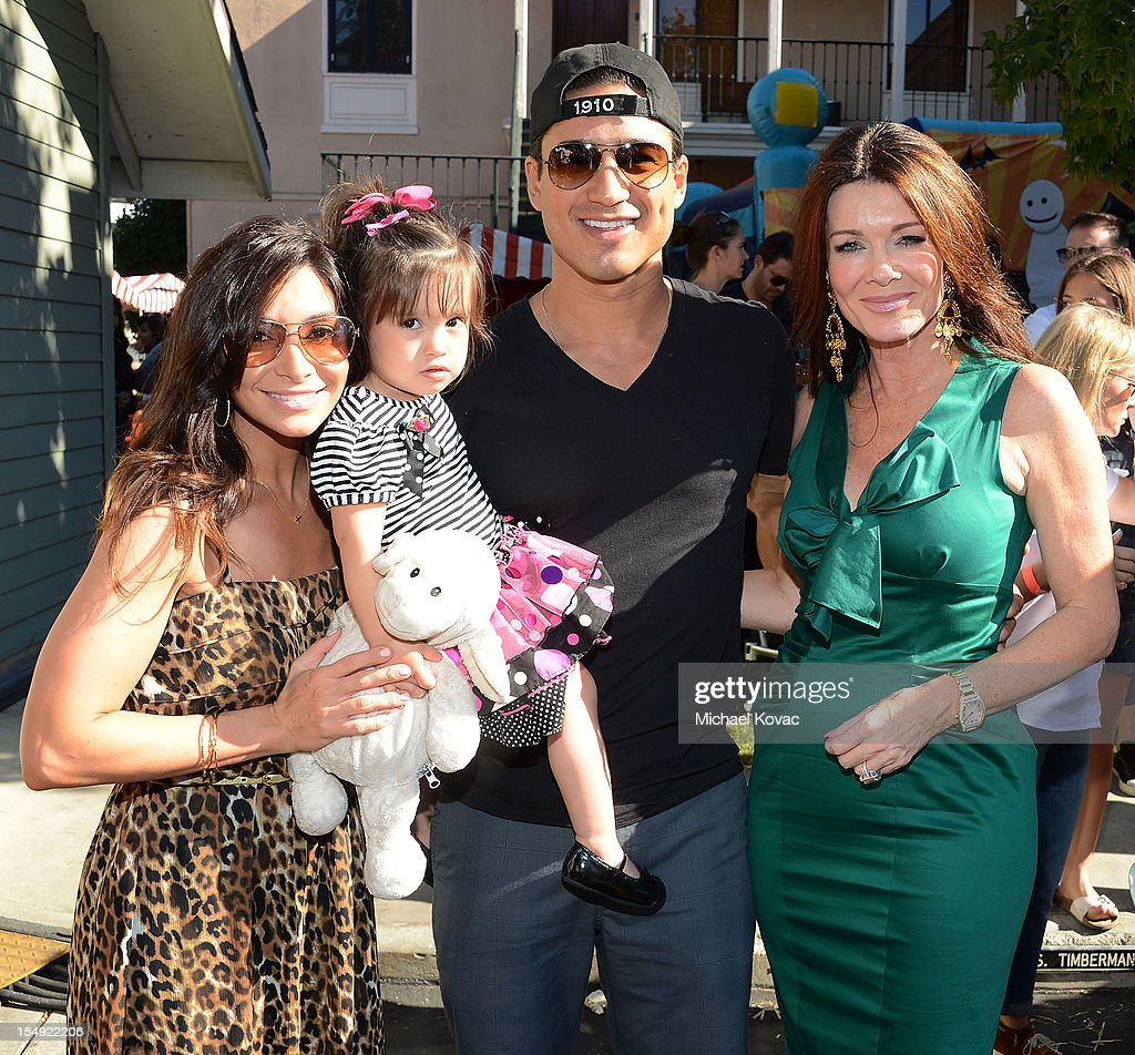 <a gi-track='captionPersonalityLinkClicked' href=/galleries/search?phrase=Mario+Lopez&family=editorial&specificpeople=235992 ng-click='$event.stopPropagation()'>Mario Lopez</a> and fiancee <a gi-track='captionPersonalityLinkClicked' href=/galleries/search?phrase=Courtney+Mazza&family=editorial&specificpeople=5650960 ng-click='$event.stopPropagation()'>Courtney Mazza</a> (L), daughter Gia, and <a gi-track='captionPersonalityLinkClicked' href=/galleries/search?phrase=Lisa+Vanderpump&family=editorial&specificpeople=6834933 ng-click='$event.stopPropagation()'>Lisa Vanderpump</a> (R) attend The T.J. Martell Foundation 4th Annual Family Day LA on October 28, 2012 in Los Angeles, California.