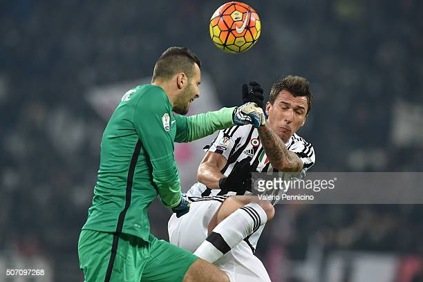 Mario Mandzuki of Juventus FC clashes with Samir Handanovic of FC Internazionale Milano during the TIM Cup match between Juventus FC and FC...