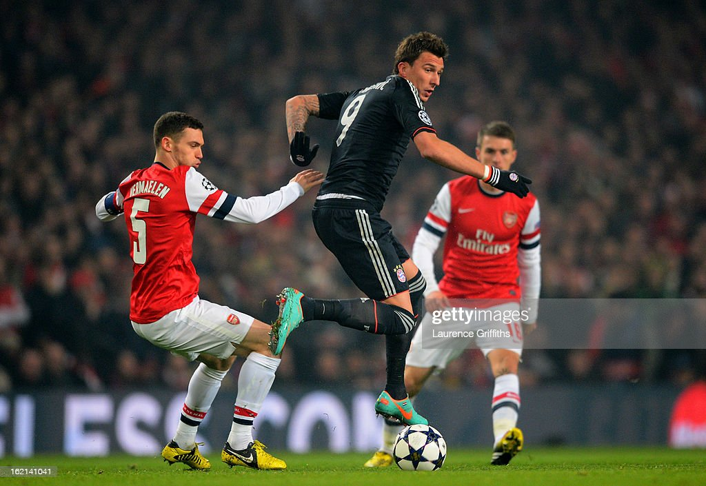 Mario Mandzukic of Bayern Muenchen in action against Thomas Vermaelen of Arsenal during the UEFA Champions League round of 16 first leg match between Arsenal and Bayern Muenchen at Emirates Stadium on February 19, 2013 in London, England.