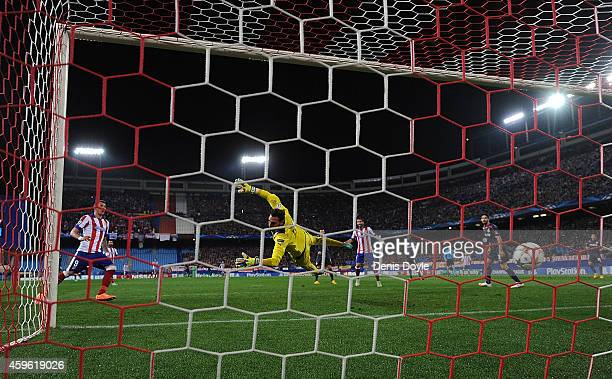 Mario Mandzukic of Club Atletico de Madrid beats Roberto Jimenez of Olympiacos FC to score his team's 2nd goal during the UEFA Champions League Group...