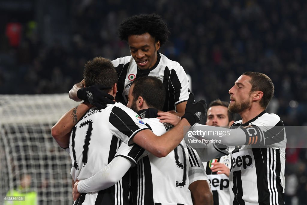 Mario Mandzukic (L) of Juventus FC celebrates after scoring the opening goal with team mates during the Serie A match between Juventus FC and Empoli FC at Juventus Stadium on February 25, 2017 in Turin, Italy.
