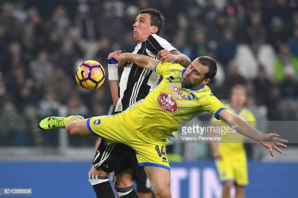 Mario Mandzukic of Juventus FC clashes with Hugo Campagnaro of Pescara Calcio during the Serie A match between Juventus FC and Pescara Calcio at...