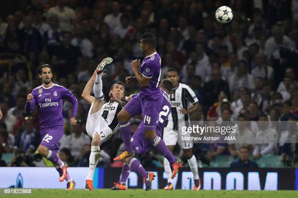 Mario Mandzukic of Juventus scores a goal to make the score 11 during the UEFA Champions League Final between Juventus and Real Madrid at National...