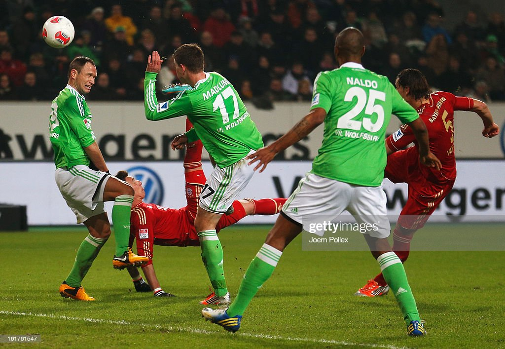 Mario Mandzukic of Muenchen scores his team's first goal during the Bundesliga match between VfL Wolfsburg and FC Bayern Muenchen at Volkswagen Arena on February 15, 2013 in Wolfsburg, Germany.